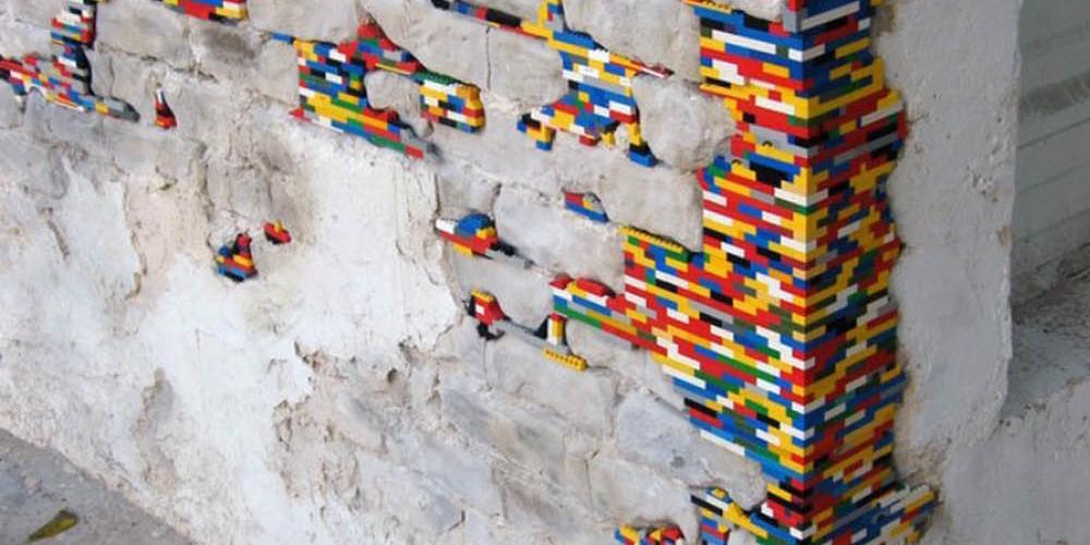 Jan Vormann, l'artista che ripara le crepe degli edifici con i mattoncini Lego