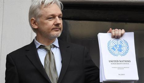 """Assange comunica que Wikileaks publicará """"miles"""" de documentos sobre la campaña electoral de Clinton"""