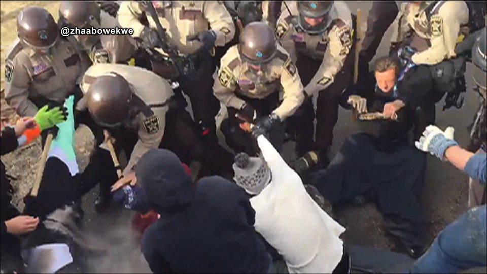 Dakota del Norte: Policía militarizada reprime campamento antioleoducto y arresta a 141 personas