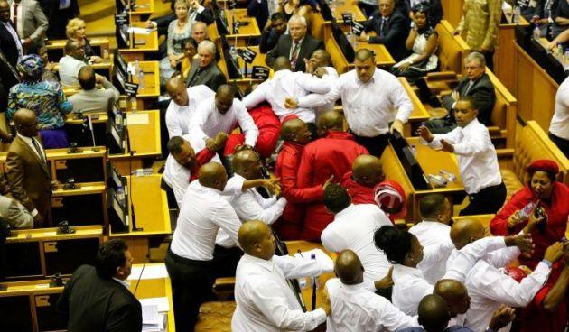 Sudafrica: i preoccupanti retroscena degli scontri in Parlamento