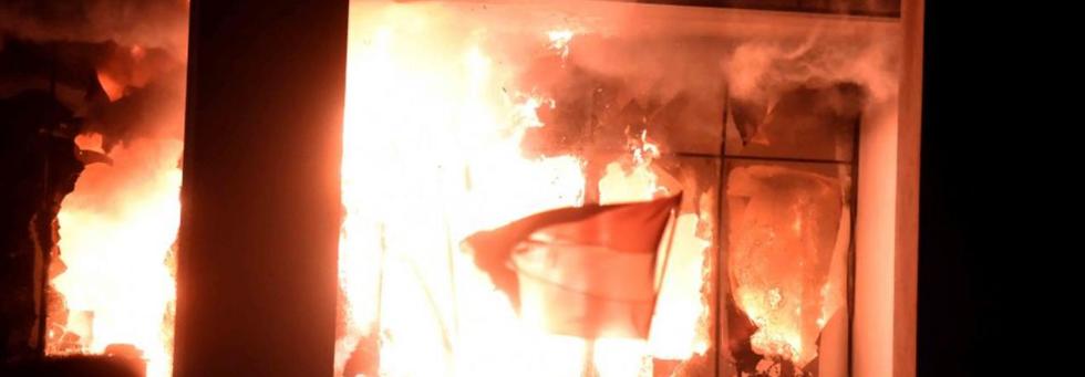 Paraguay, i manifestanti incendiano il parlamento