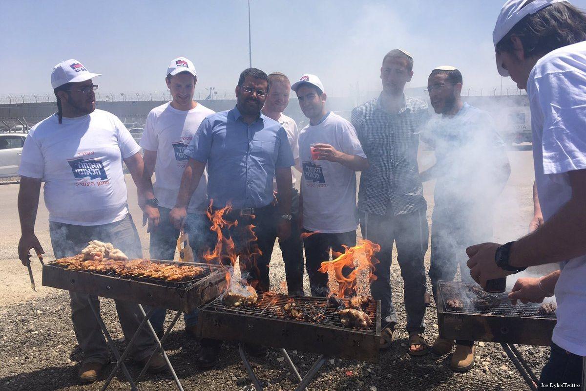 Israelische Extremisten verhöhnen die palästinensischen Häftlinge im Hungerstreik mit Barbecues