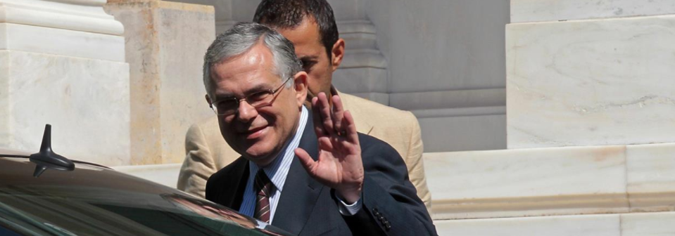 Grecia, esplosione nell'auto dell'ex premier Papademos