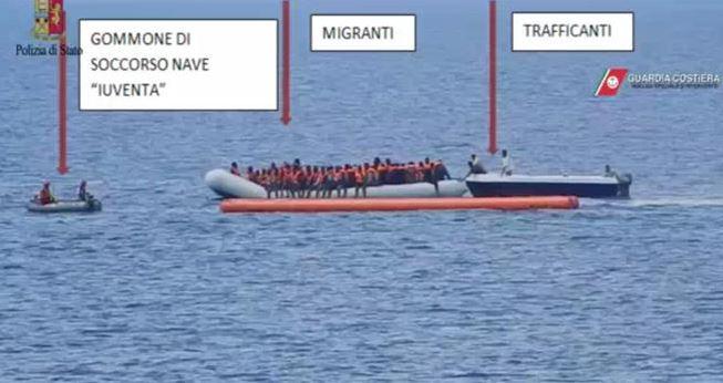 Migranti, sequestrata nave Ong: favoriva l'immigrazione clandestina