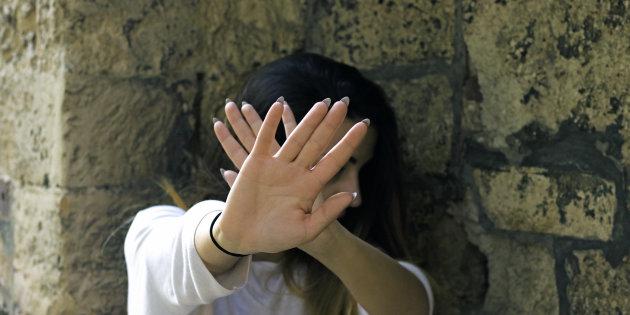 Asti, legata a una brandina col cavo del telefono e violentata per 24 ore. Liberata grazie a un messaggio su whatsapp