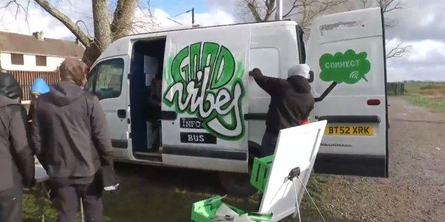 À Calais, un bus offre des heures de détente sur Internet aux migrants