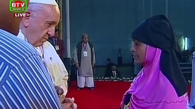 """L'abbraccio di Papa Francesco ai Rohingya: """"Vi chiedo perdono per l'indifferenza del mondo"""""""