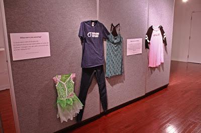 """""""¿Cómo ibas vestida?"""" La exposición que denuncia la revictimización de las víctimas de violación"""