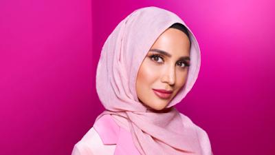 Amena Khan, la mannequin voilée choisie par L'Oréal pour une pub de shampoing