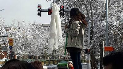 Las iraníes se quitan el pañuelo para denunciar el 'hiyab' obligatorio