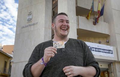 La lucha de tres años de un concejal transexual para cambiar su DNI
