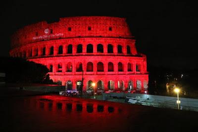 Roma, il Colosseo si tinge di rosso per le vittime delle persecuzioni religiose