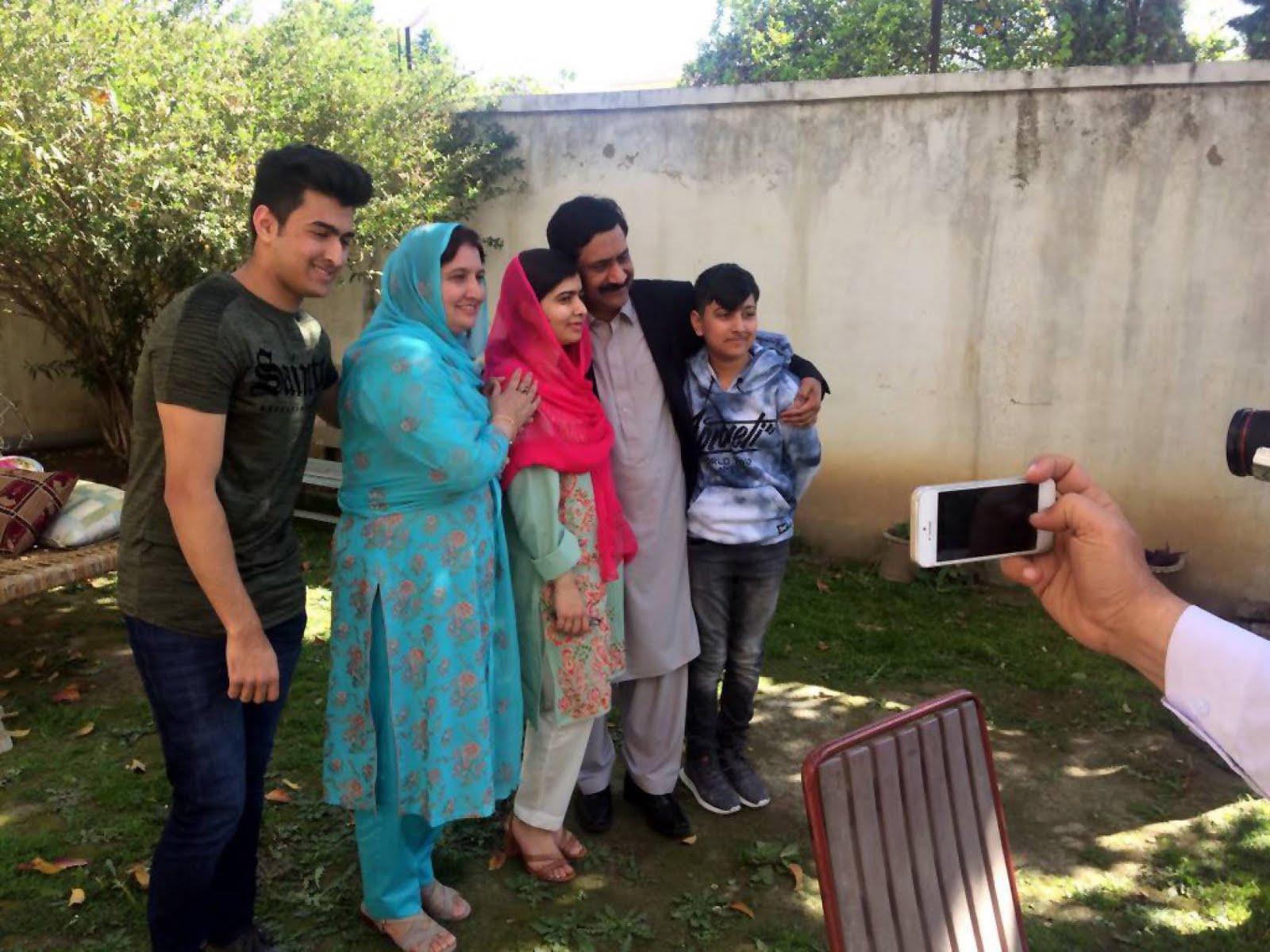 Malala vuelve a su pueblo en Pakistán por primera vez desde su atentado
