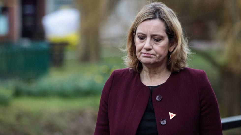 Dimite la ministra del Interior británica por su gestión de un escándalo migratorio