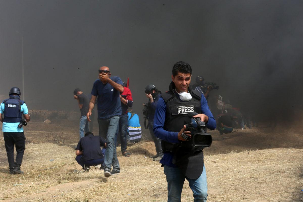 """Il giubbotto """"Press"""" non salva i giornalisti palestinesi dai colpi dei cecchini israeliani"""