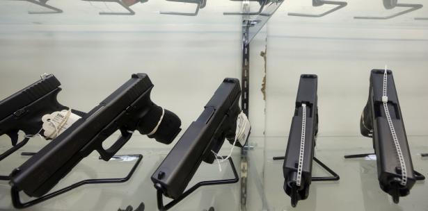 Nueva York prohíbe portar armas a convictos por violencia doméstica