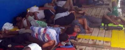 """Migranti, 40 fermi al largo della Tunisia. """"In mare da 14 giorni, cibo razionato"""". Ci sono due donne incinte e un ferito"""