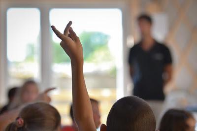 Prima i bambini italiani, in mensa e sugli scuolabus: una follia che pagheremo a caro prezzo