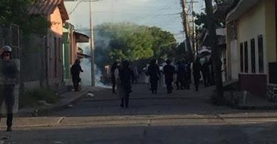 Policía reprime a manifestantes durante protesta en Choluteca, Honduras