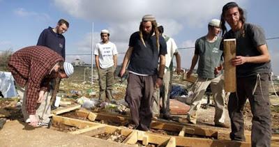 Des colons installent une caravane à l'ouest de Bethléem pour établir un avant-poste