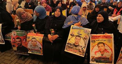 """10 membres des familles de prisonniers de Gaza rendent visite à leurs enfants à """"Nafha"""""""