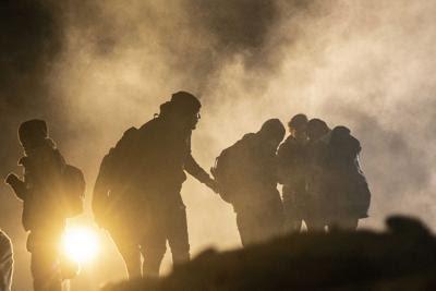 Lacrimogeni contro migranti al confine col Messico