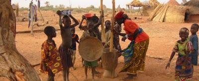 Niger, la storia di uno dei 60mila bambini che portano acqua e freschezza nella casa di sabbia