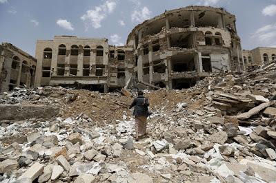 Distrugge e poi dona: la contraddizione della coalizione saudita in Yemen