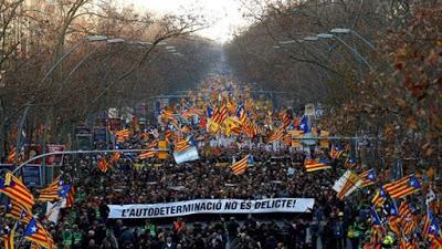 Miles protestan contra el juicio a independentistas catalanes