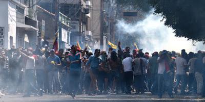 """Scontri al confine tra Venezuela e Colombia. Guaidò spinge per gli aiuti umanitari, Maduro: """"Intervento imperialista"""""""