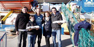 """Una famiglia siciliana ha portato dolci tipici a bordo della Sea Watch: """"Catania, ci fai sentire a casa"""""""