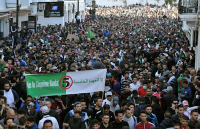 ALGERIA. I giovani non lasciano le piazze e si sbarazzano dei partiti