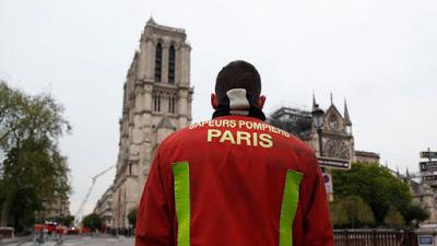 """Notre-Dame: Les pompiers annoncent être """"venus à bout de l'effroyable incendie"""""""