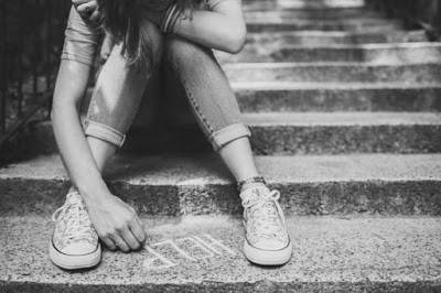 Fa prostituire la figlia di 13 anni in cambio di soldi, sigarette, doccia