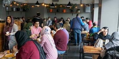 La polizia iraniana ha chiuso 547 ristoranti e bar di Teheran perché contro i «principi islamici»