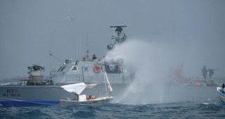 Striscia di Gaza, le forze israeliane attaccano pescherecci: pescatore ferito e barche affondate