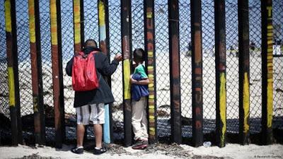 Juez bloquea decreto que restringe derecho de asilo en EE.UU.