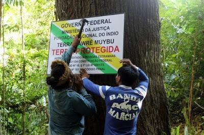 Die Eindringlinge töten unser Leben und verströmen das Blut unseres Waldes Bekanntmachung der Munduruku in Amazonien