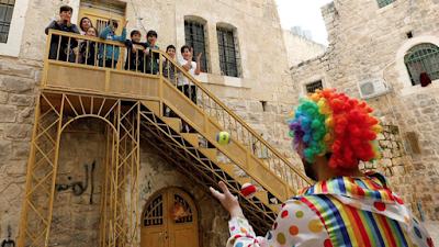 Pagliacci dalla Cisgiordania a Gaza, portano allegria ai bambini chiusi in casa per il  Coronavirus