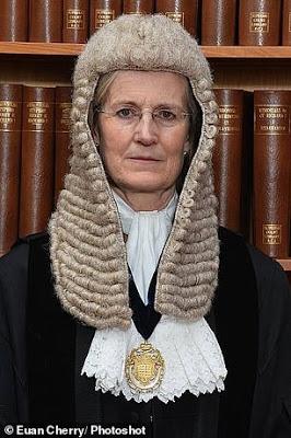 Qui est derrière la juge qui préside le procès contre Assange ?