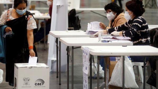 Ecuatorianos acuden a las urnas para elegir a nuevo presidente